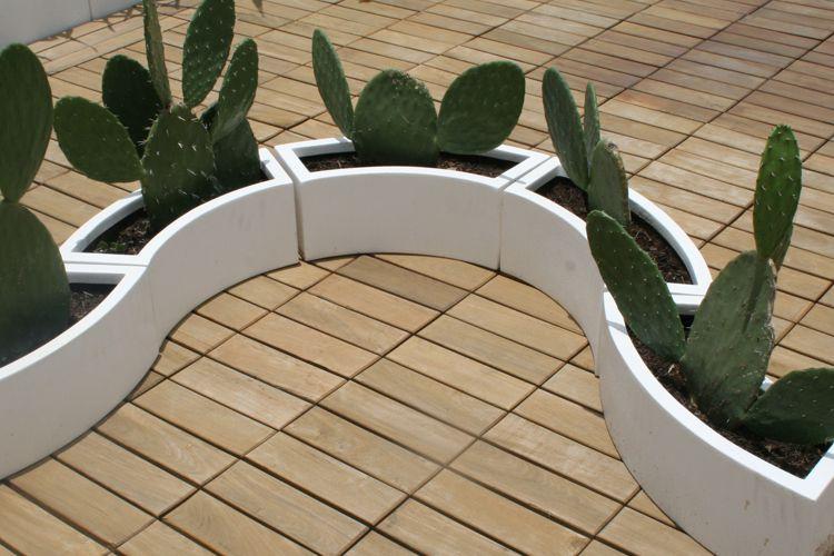 jardineras curvas de fibra de vidrio en un deck al exterior muy minimalista - Jardineras Exterior