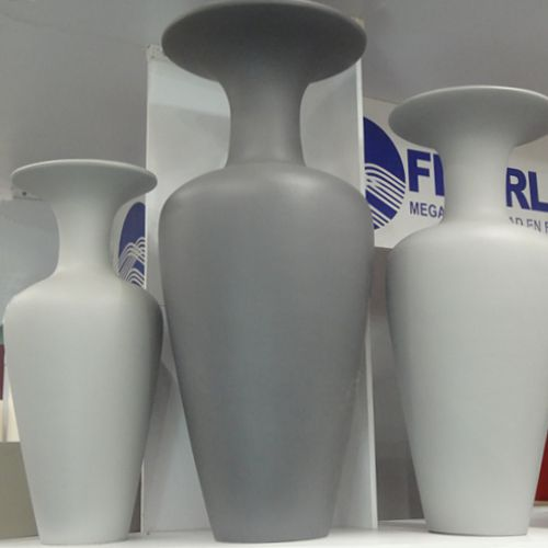 juego de jarrones altos de fibra de vidrio en tonalidades grises