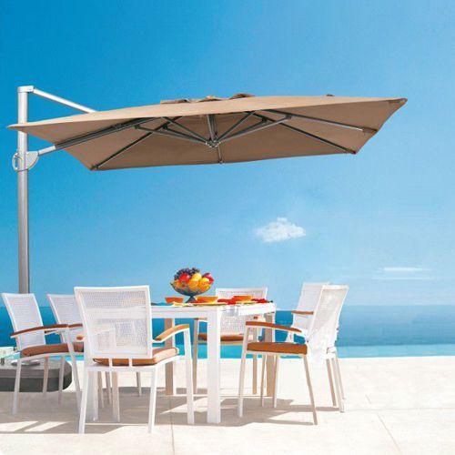 sombrilla de poste lateral cuadrada modelo zeni en una terraza frente al mar